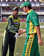 Shoaib Malik shakes hand with Graeme Smith after the toss