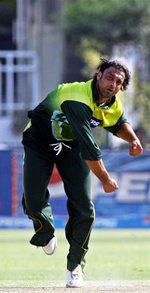 Shoaib Akhtar about to deliver the ball