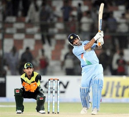 MS Dhoni finishes the match with a six
