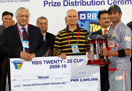 Shoaib Malik receives winning prize money and Trophy