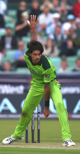 Pakistan bowler Mohammad Irfan in action