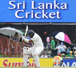 Thilan Samaraweera tries to evade a bouncer