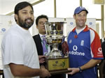 Inzamam-ul Haq and Marcus Trescothick hold the Bank Alfalah Cup during a ceremony in Multan Cricket Stadium, 11 November 2005