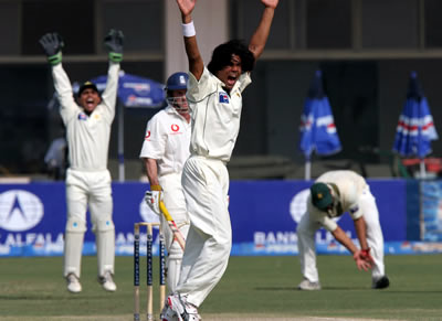 Mohammad Sami appeals for lbw