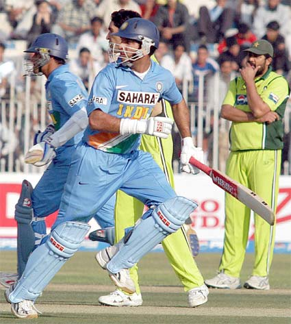 Yuvraj and Dravid running between the wickets